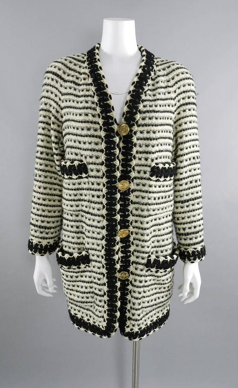 Chanel vintage 1980's Thick Tweed Ivory and Black CC logo Jacket For Sale 5
