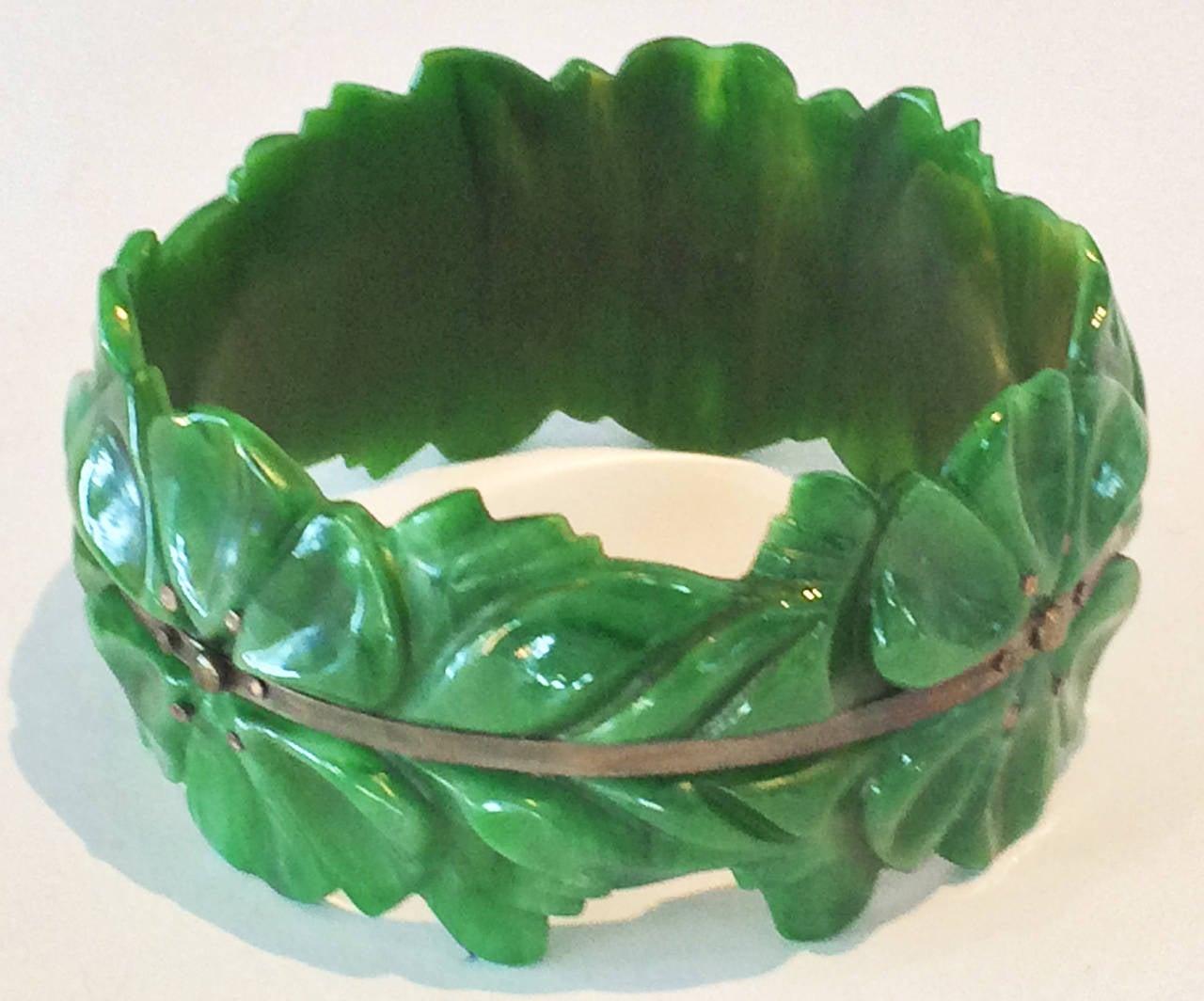 Art Deco carved spinach green bakelite bangle bracelet 3