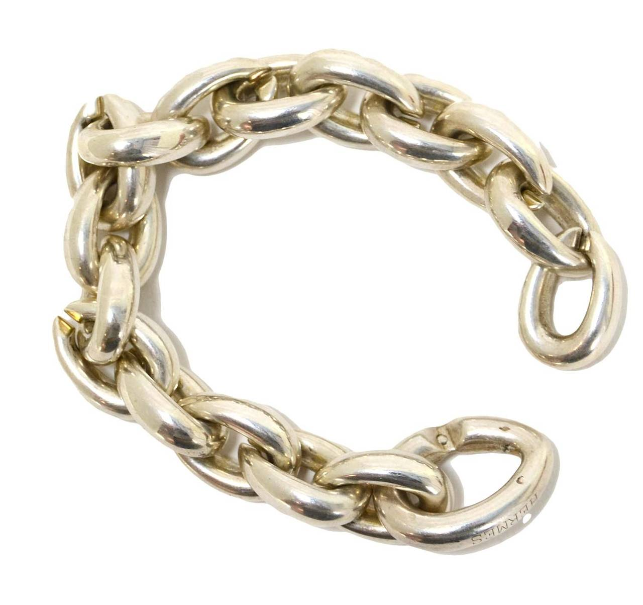 Features 16 links with one slightly bigger link that secures the bracelet