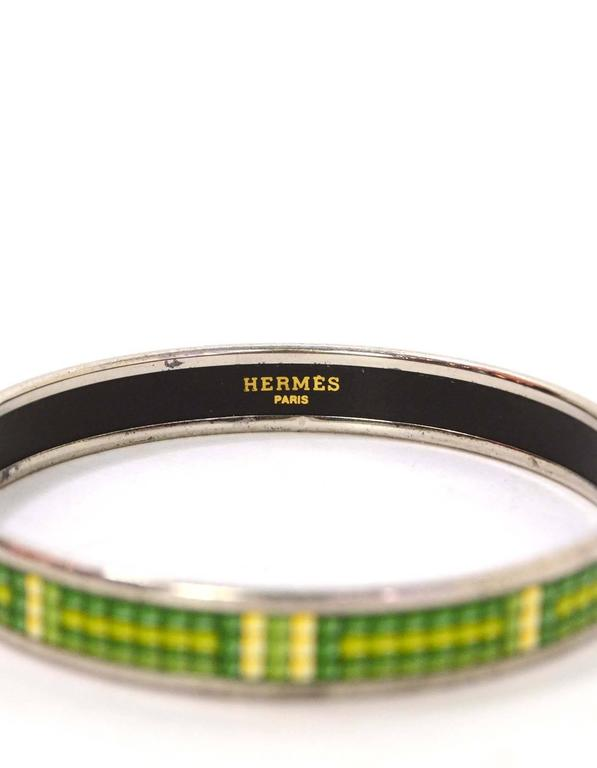 Hermes Narrow Green Printed Enamel Bangle PHW sz 70 In Good Condition For Sale In New York, NY