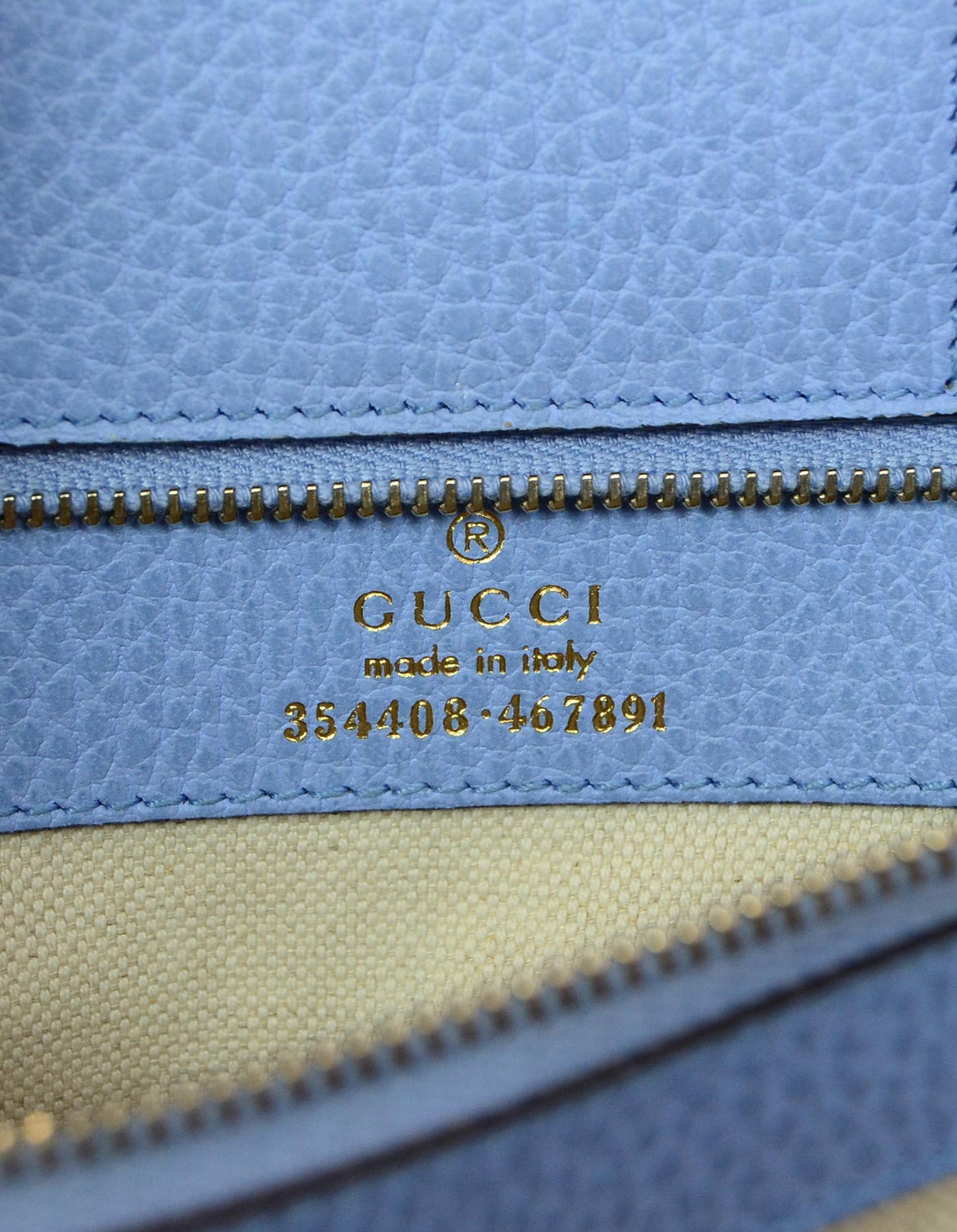 d1c47b413c0ba3 Gucci Beige/Blue Pebbled Leather Small Swing Tote Bag rt. $1,100 For Sale  at 1stdibs