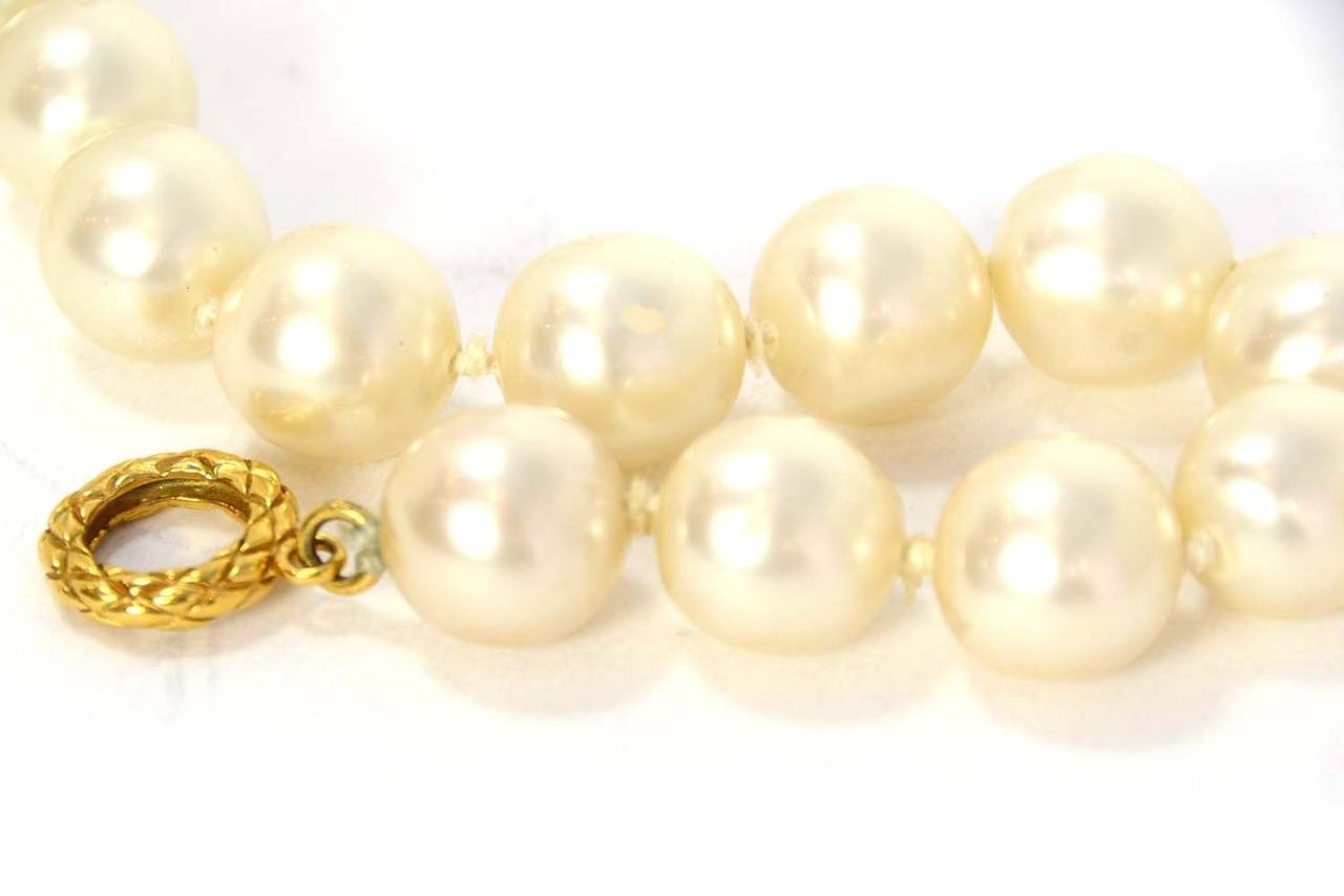 CHANEL Vintage 1950's-1960's Large Pearl Choker w/Quilted Toggle 4