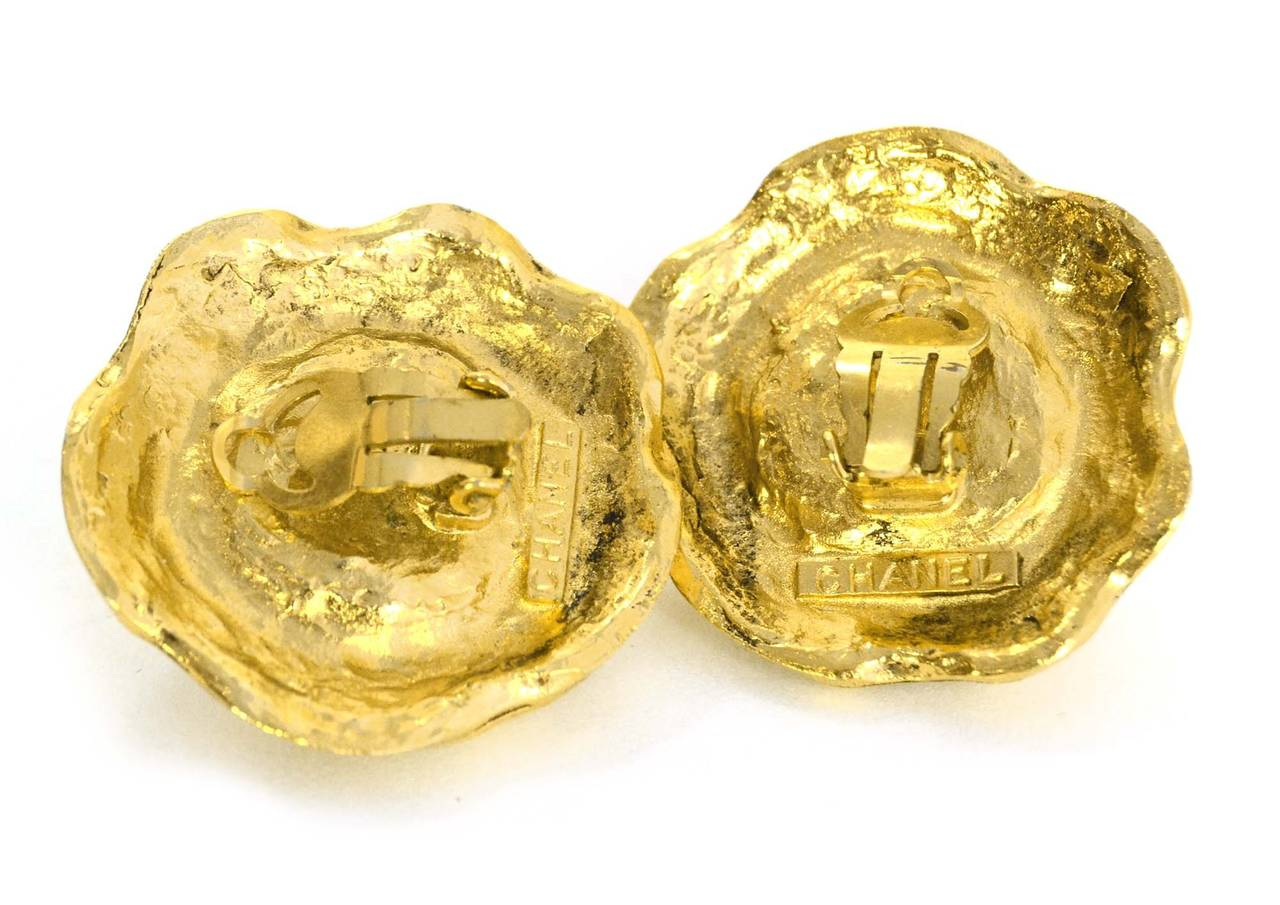CHANEL Vintage '50s-'60s Hammered Gold & Pearl Clip On Earrings In Excellent Condition For Sale In New York, NY
