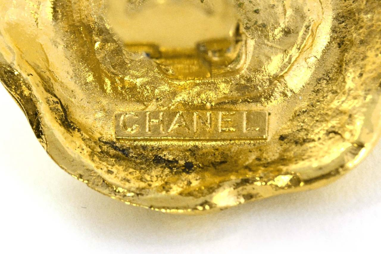 Women's CHANEL Vintage '50s-'60s Hammered Gold & Pearl Clip On Earrings For Sale