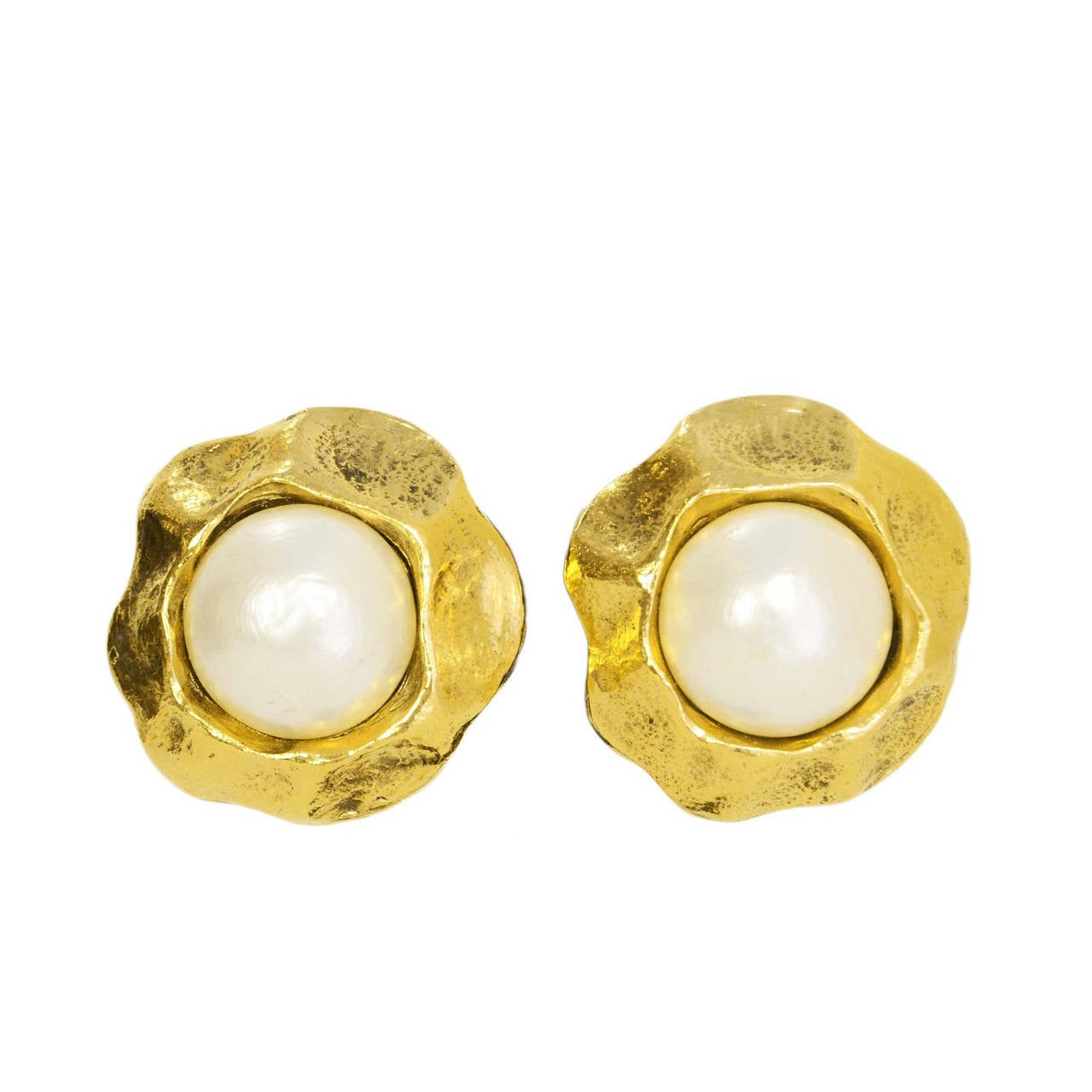 CHANEL Vintage '50s-'60s Hammered Gold & Pearl Clip On Earrings For Sale