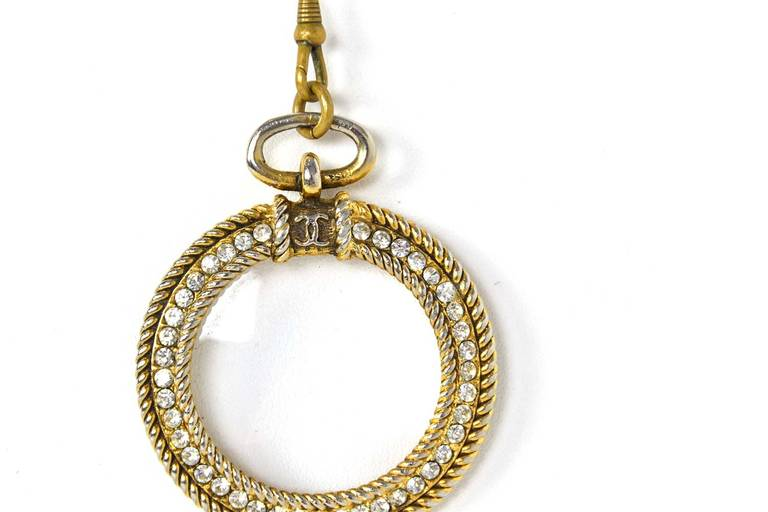 Women's CHANEL 1983 X-Long Magnify Chain Necklace w/ Red & Green Gripoix Stones For Sale