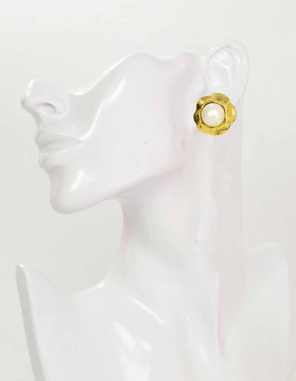 CHANEL Vintage '50s-'60s Hammered Gold & Pearl Clip On Earrings For Sale 1