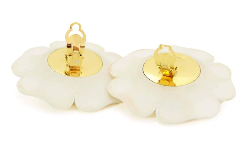 Chanel Vintage '60s Ivory & Gold Camelia Flower Clip On Earrings In Excellent Condition For Sale In New York, NY