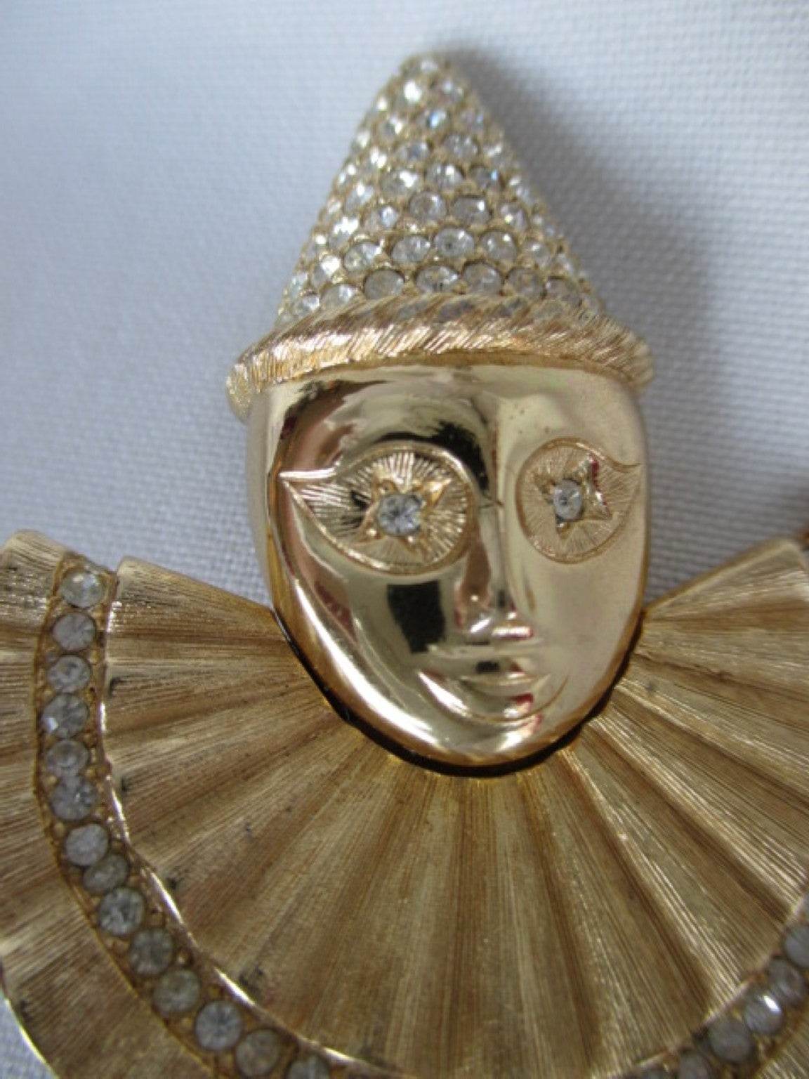 Gorgeous clown brooch from the 1980s by Maison CHRISTIAN DIOR. In Excellent Condition For Sale In Amsterdam, NL