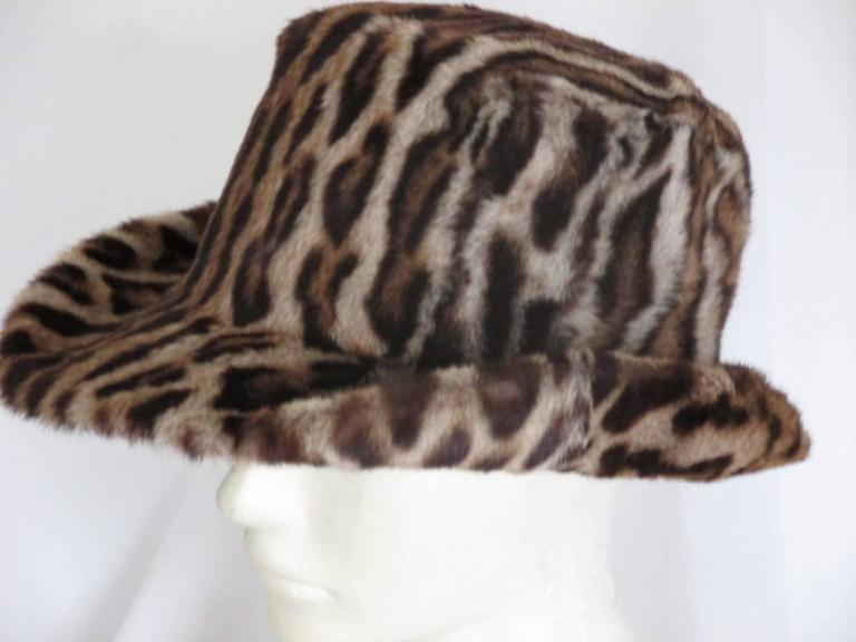 This fur hat is made in the 1940's and in good vintage condition