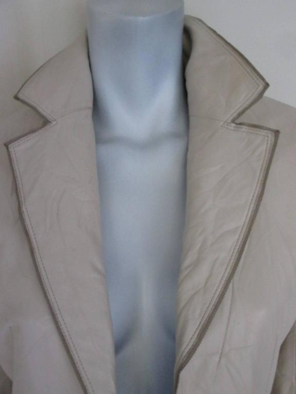 This coat is made of wrinkled soft leather with 2 pockets and 2 buttons. Color is crème/off white Its in fair condition with some wear and at right sleeve a little scratch. Size fits like US 8 /EU 38