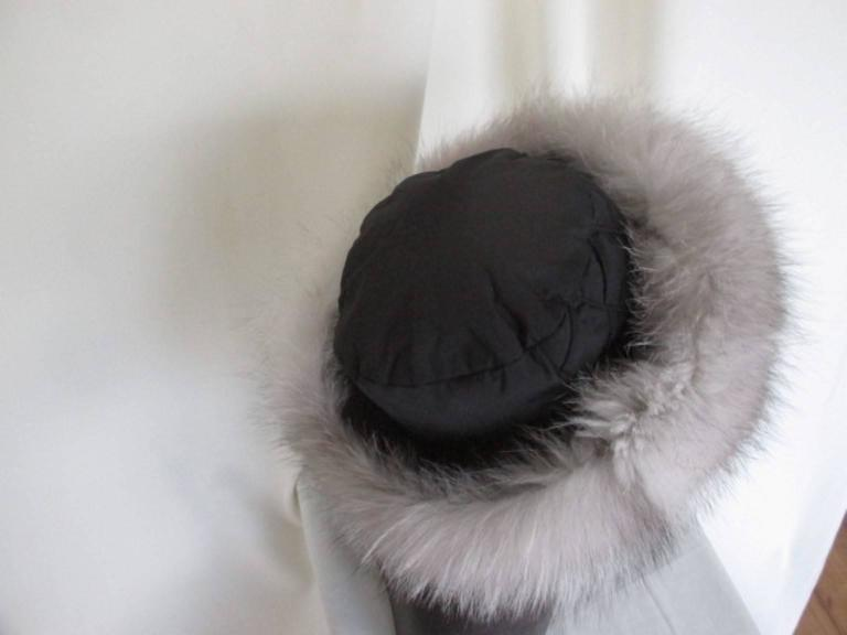Snow White Fox Fur Hat With Black Top In Excellent Condition For Sale In Amsterdam, NL
