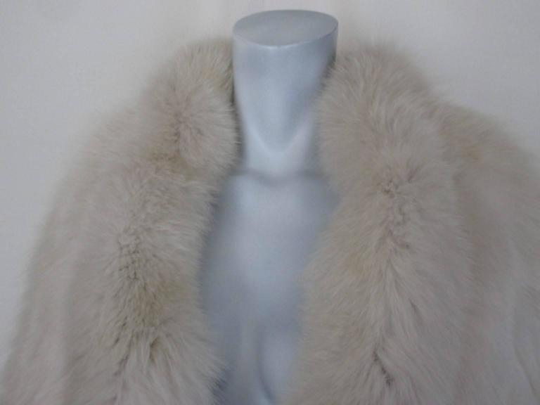 This coat has 2 pocket, 2 closing hooks and an inside pocket. Its made of very soft high-quality fox fur and light to wear. The condition is excellent Size fits as medium