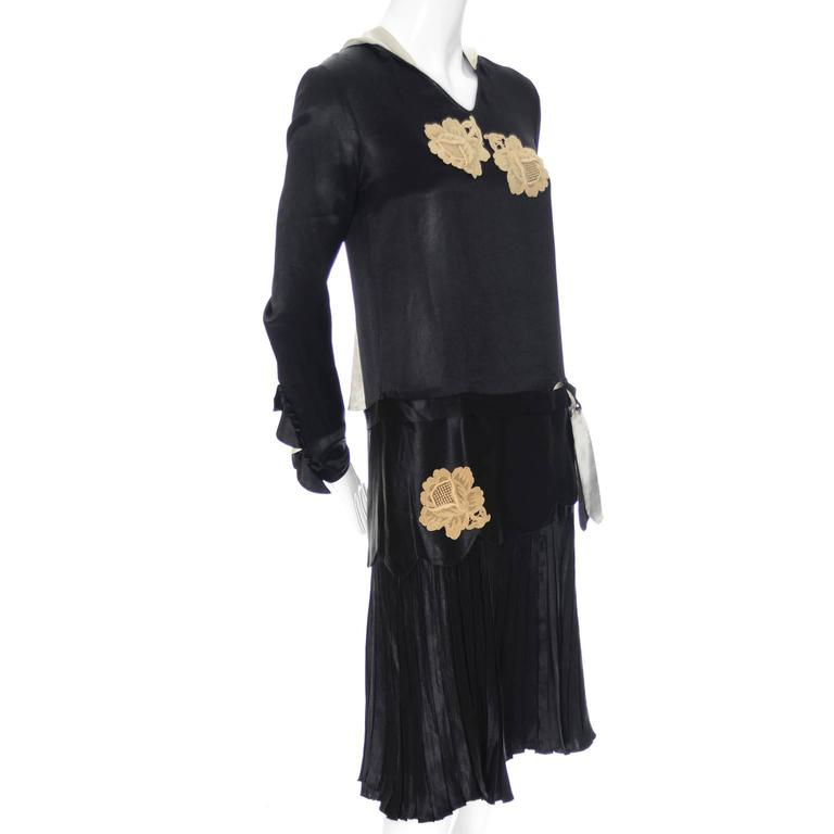Women's 1920s Black Silk Vintage Dress Rose Lace Appliques Knife Pleated Skirt xxs For Sale