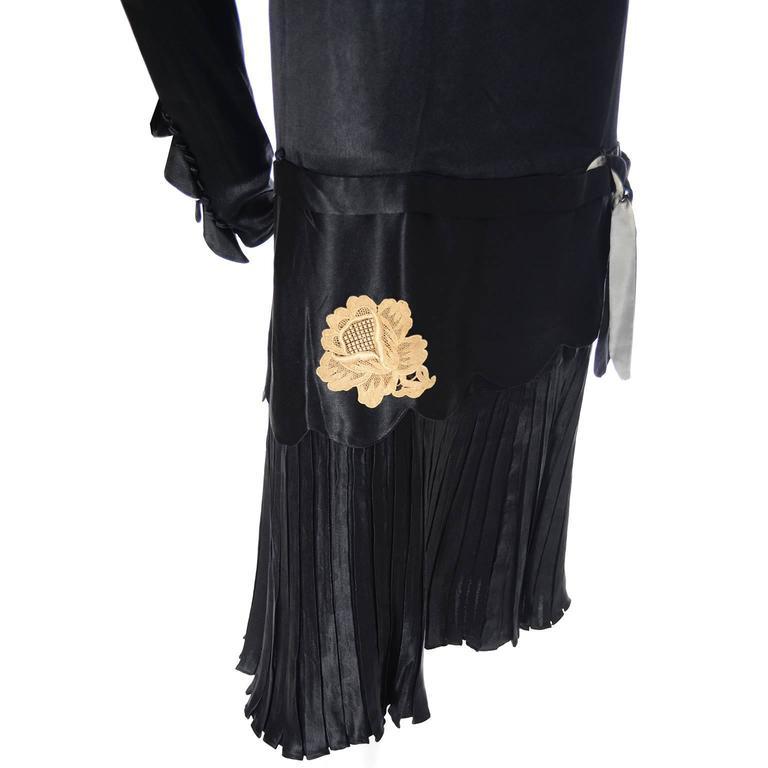 1920s Black Silk Vintage Dress Rose Lace Appliques Knife Pleated Skirt xxs For Sale 1