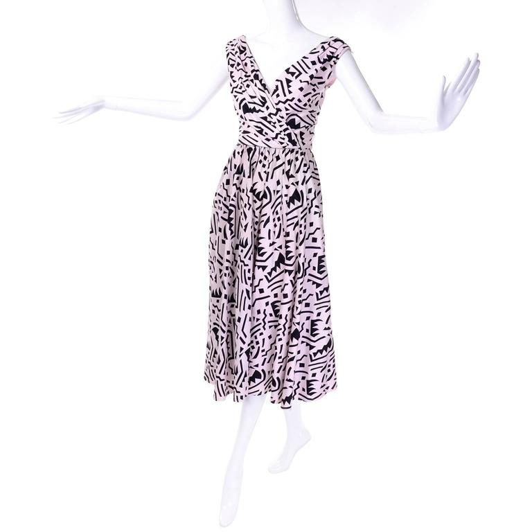 This vintage Lillie Rubin pink and black abstract print cotton dress is such a great piece to add to your wardrobe! This great 1980's dress has softly pleated bodice with a v neck and a v back with a tie in the back across the shoulders.  The dress