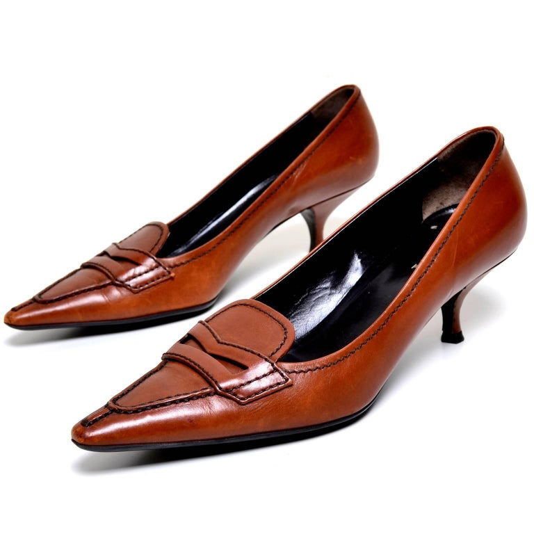 Prada cognac brown leather kitten heel shoes Size 37 In Excellent Condition For Sale In Portland, OR