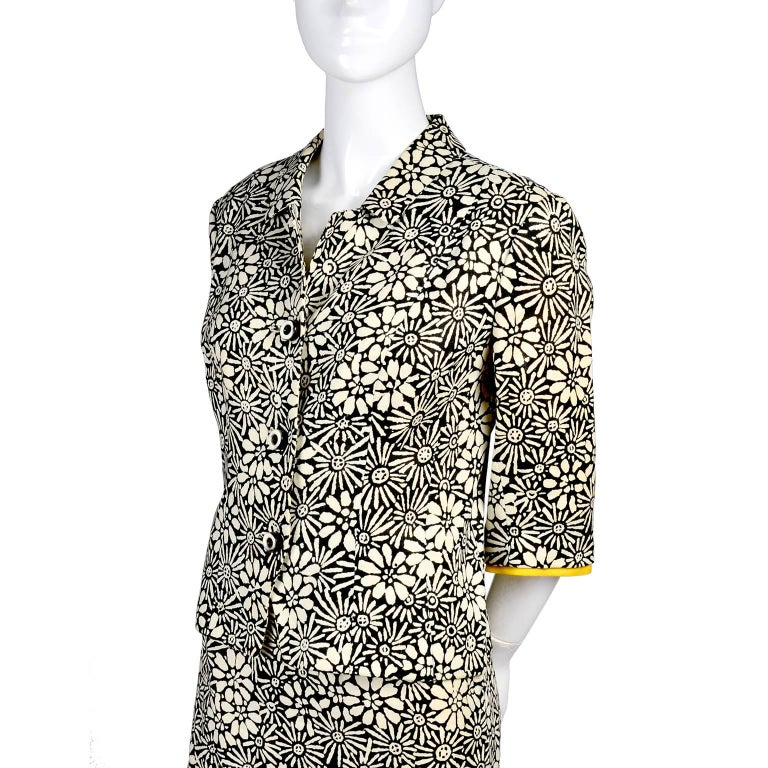 Bullocks Wilshire 1960s Skirt Suit in Floral Linen Print W Marigold Yellow Trim In Good Condition For Sale In Portland, OR