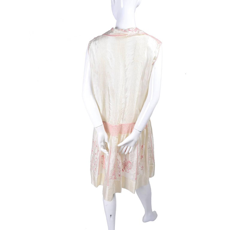 1920s Vintage Dress in Ivory Silk With Pink Embroidery and Topstitching For Sale 2