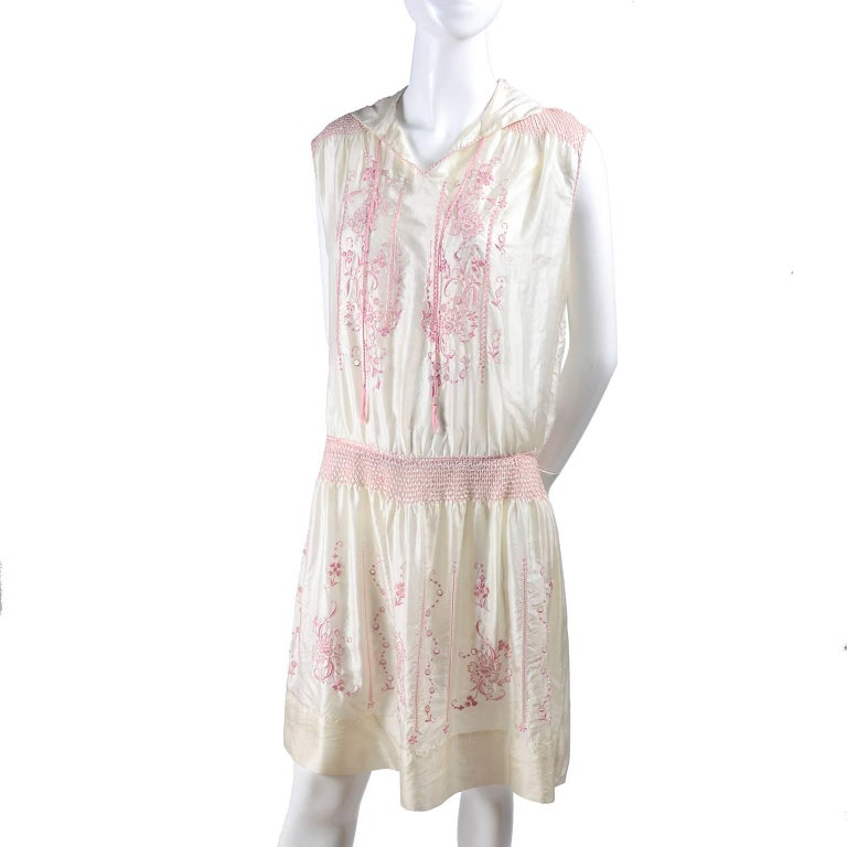 1920s Vintage Dress in Ivory Silk With Pink Embroidery and Topstitching For Sale 1