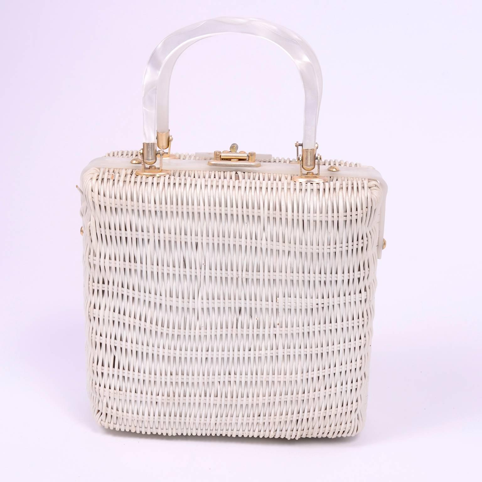 1stdibs 60s Novelty White Wicker Handbag W/ Lucite Rome London New York & Paris Plaques WRdITgNM