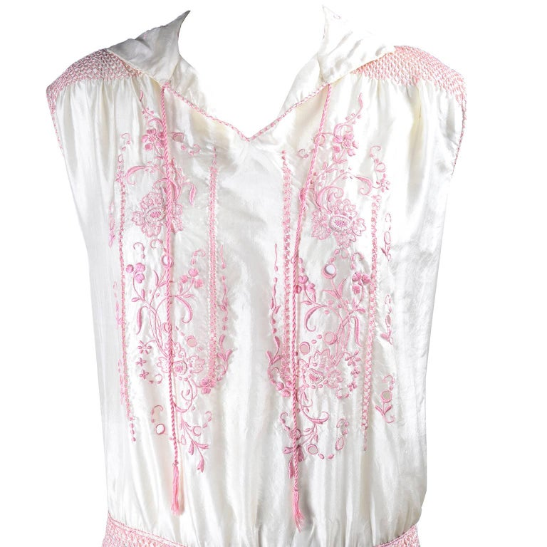 1920s Vintage Dress in Ivory Silk With Pink Embroidery and Topstitching For Sale 4