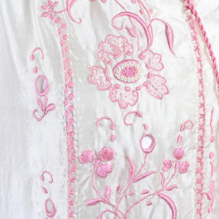 White 1920s Vintage Dress in Ivory Silk With Pink Embroidery and Topstitching For Sale