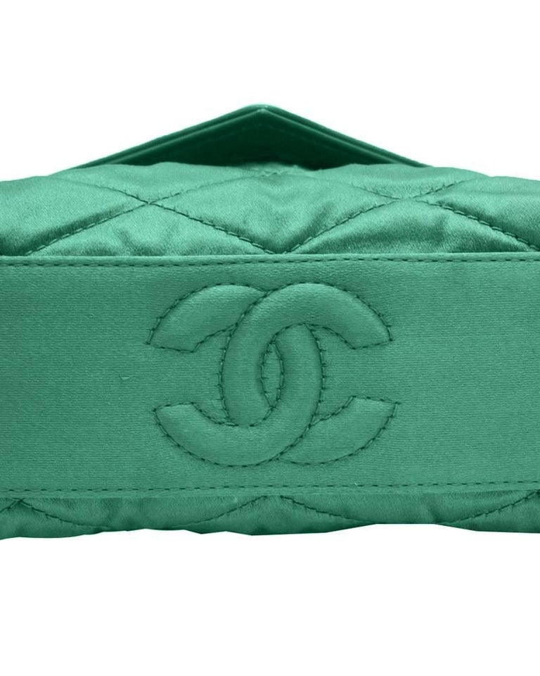 37a48a9d2217 1980s Chanel Emerald Green Silk Bag with Gold Chain In Good Condition For  Sale In Toronto