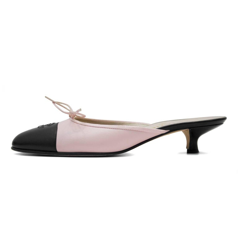 1990s classic pink leather kitten heel Chanel mules with a black toe box with cc logo. Excellent vintage condition - very minimal cracking at toe box and no scuffing on leather. Very, very light wear to soles. FR 37.5.