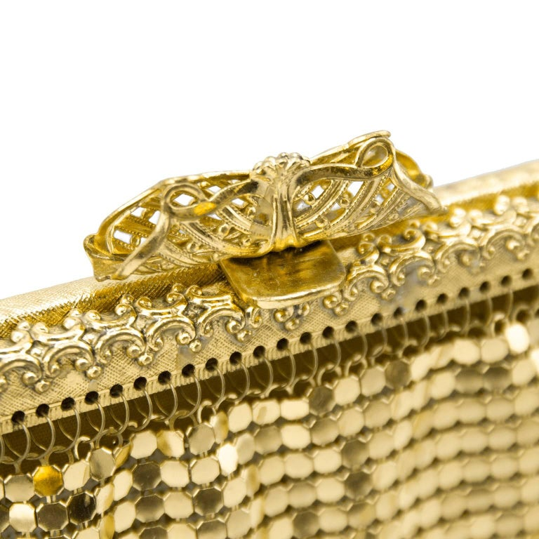 1950s Gold Metal Mesh Evening Bag  In Excellent Condition For Sale In Toronto, Ontario