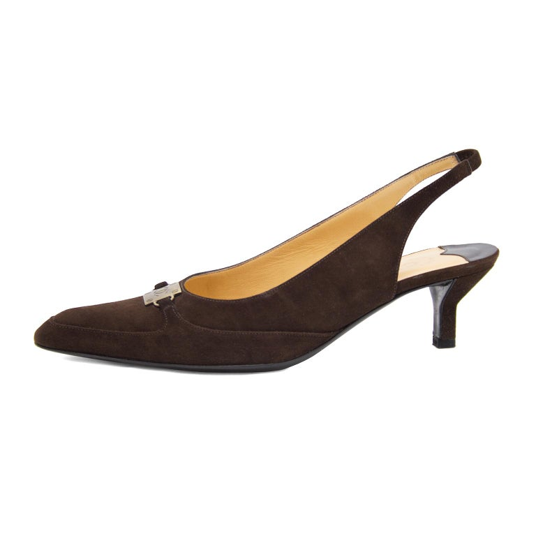Late 1990s Chanel brown suede kitten heel sling backs with a pointed toe box. The shoes are accented with a matt gilt metal square CC buckle on the bridge with faux nail detail. In excellent condition, light tan interior sole and black bottom sole