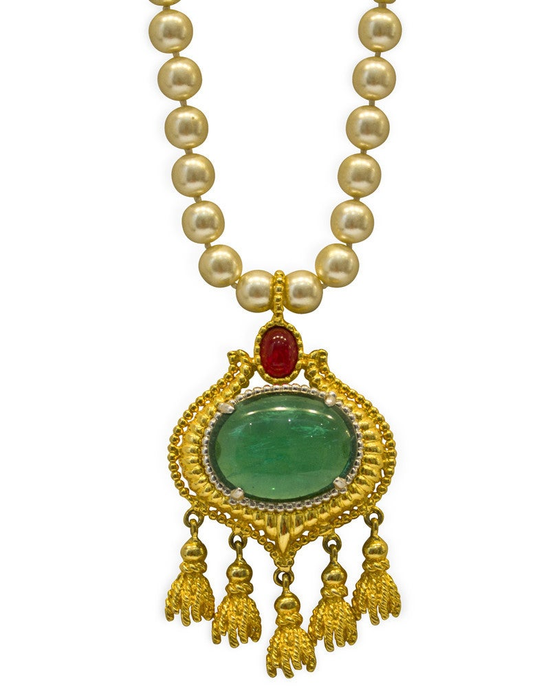 Vintage Kenneth Jay Lane large knotted faux-pearl necklace with over sized poured green glass pendant set in gold-plated metal, 1980s. Excellent condition.
