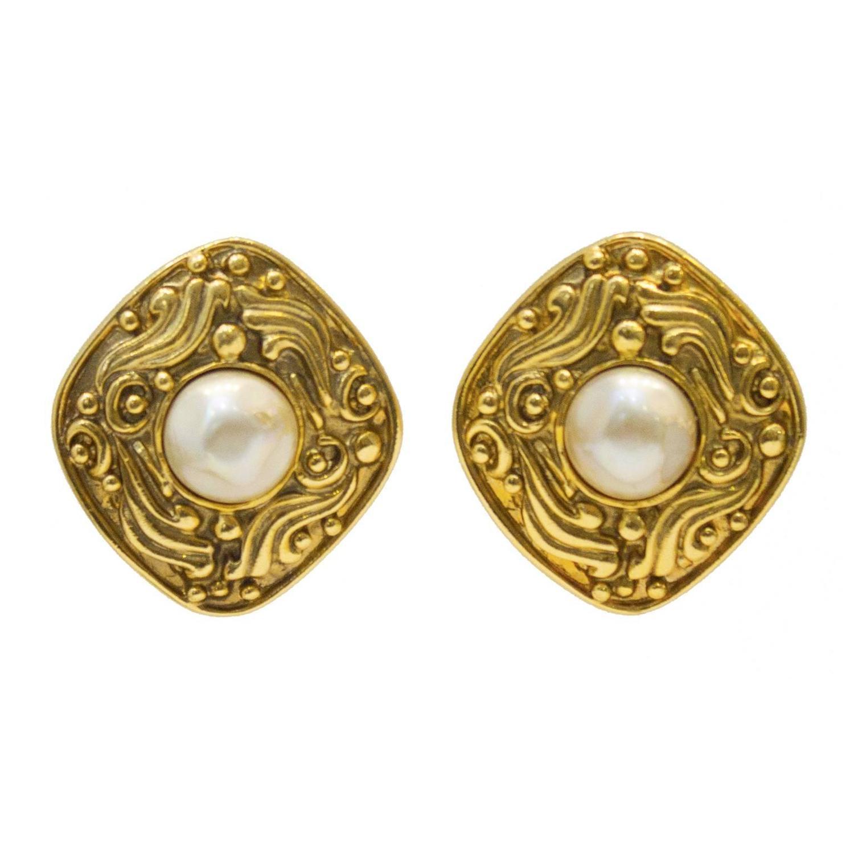 1980 39 s chanel diamond shape earring w pearl center for. Black Bedroom Furniture Sets. Home Design Ideas