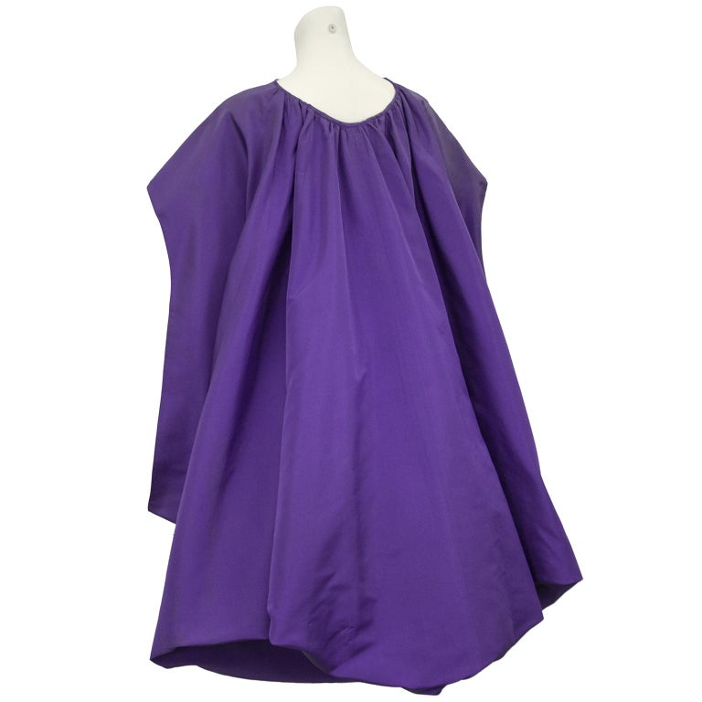 Late 1950s Capucci Haute Couture Purple Silk Cocktail Dress with Dramatic Cape For Sale 2
