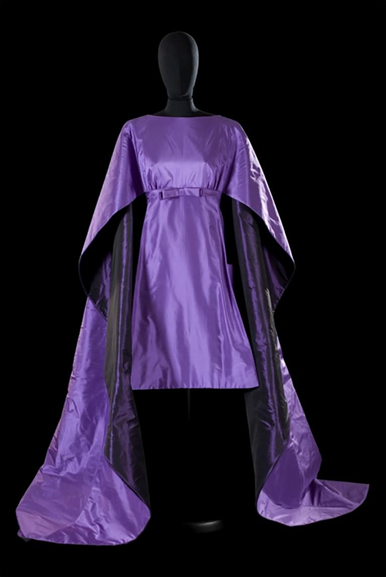 Late 1950s Capucci Haute Couture Purple Silk Cocktail Dress with Dramatic Cape For Sale 10
