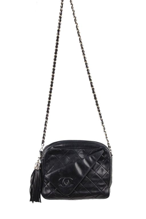 b7d51c22e968 Black leather fold detail crossbody bag from Chanel Vintage - Quilted  effect - CC -