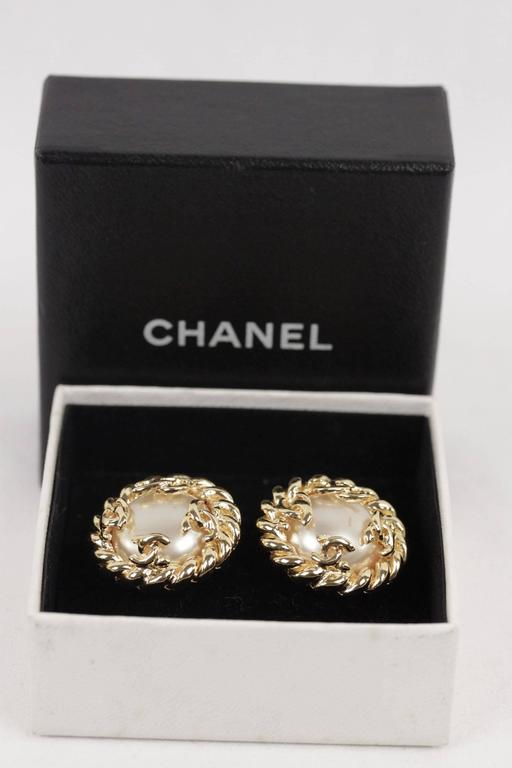 Chanel Gold Metal and Faux Pearls Twisted Rope Clip on Earrings with CC Logo In Good Condition For Sale In Rome, Rome