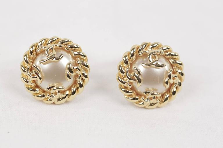 - Gorgeous vintage CHANEL earrings  - Faux Pearl and gold metal twisted rope  - CC - CHANEL logo detailing  - Clip-on earrings  - Signed ' C CHANEL R - 95 CC A - MADE IN FRANCE' in a oval mark.  - Approx. measurements: 1 x 1 inches - 2,5 x2,5 cm  -