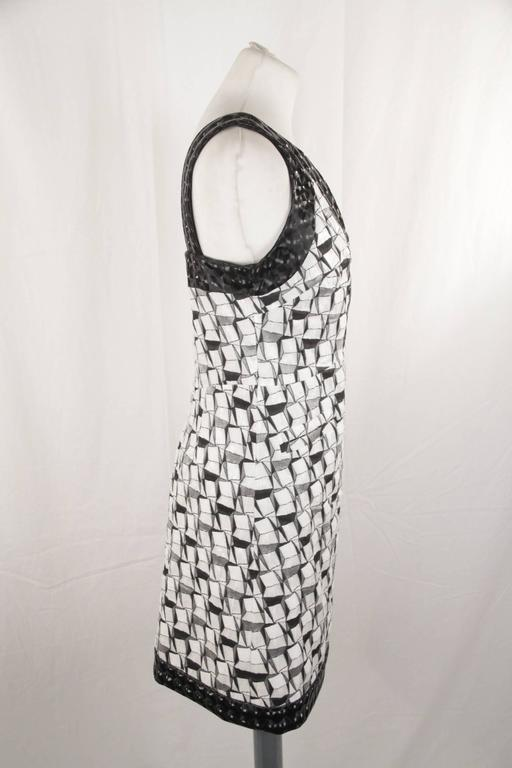 - Black and white silk and cotton-silk blend geometric jacquard dress - V-neck - Sleeveless design - Low back - Contrast black trim - A-line shape skirt - Knee length - Straight hem - White silk lining - Size: 36 FR (The size shown for this item is