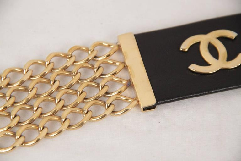 Women's Chanel Vintage Gold Metal and Black Leather Belt CC Logo Chain Buckle Size 70/28 For Sale