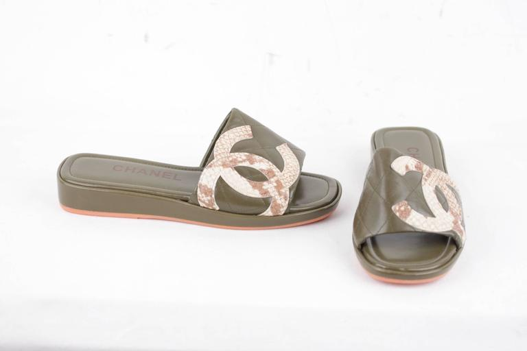 CHANEL Military Green Leather CAMBON SLIDES Flat Shoes SANDALS CC Logo 35 1/2 IT 2