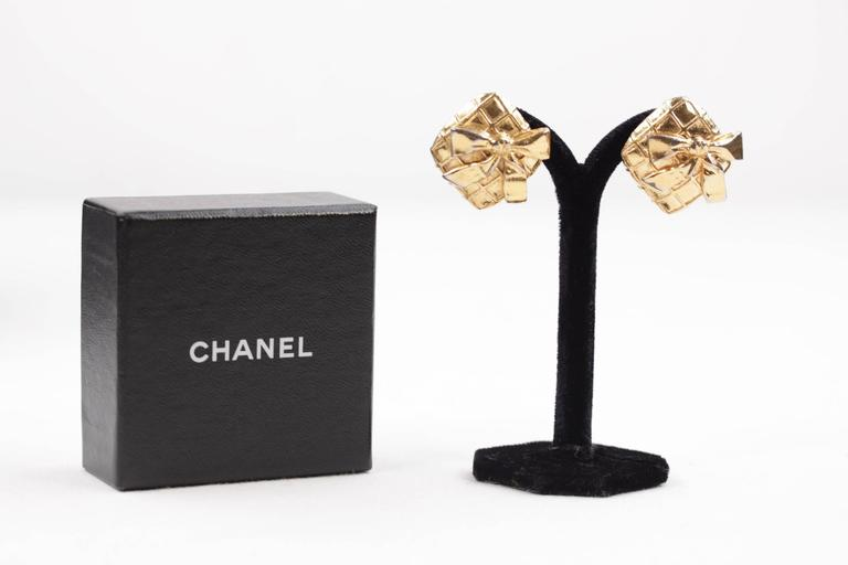 Chanel Vintage Quilted Gold Metal Clip on Earrings Bow Detailing with Box In Good Condition For Sale In Rome, Rome