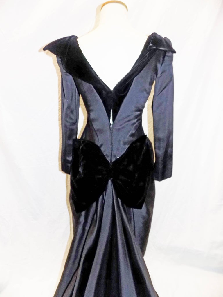 Oscar de la Renta Vintage  Black silk gown w velvet details In Excellent Condition For Sale In New York, NY