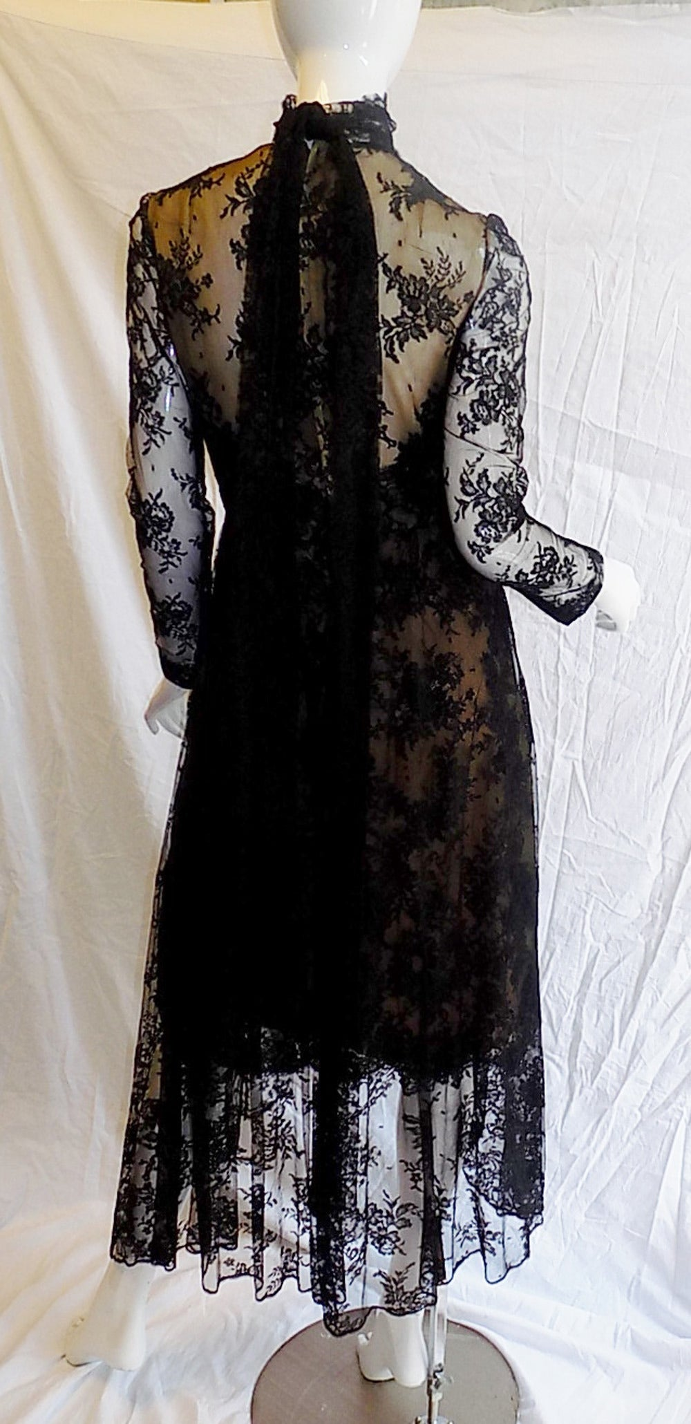 1980 Breathtatking Bill Blass Lace Dress   Rare and Collectable ! In Excellent Condition For Sale In New York, NY