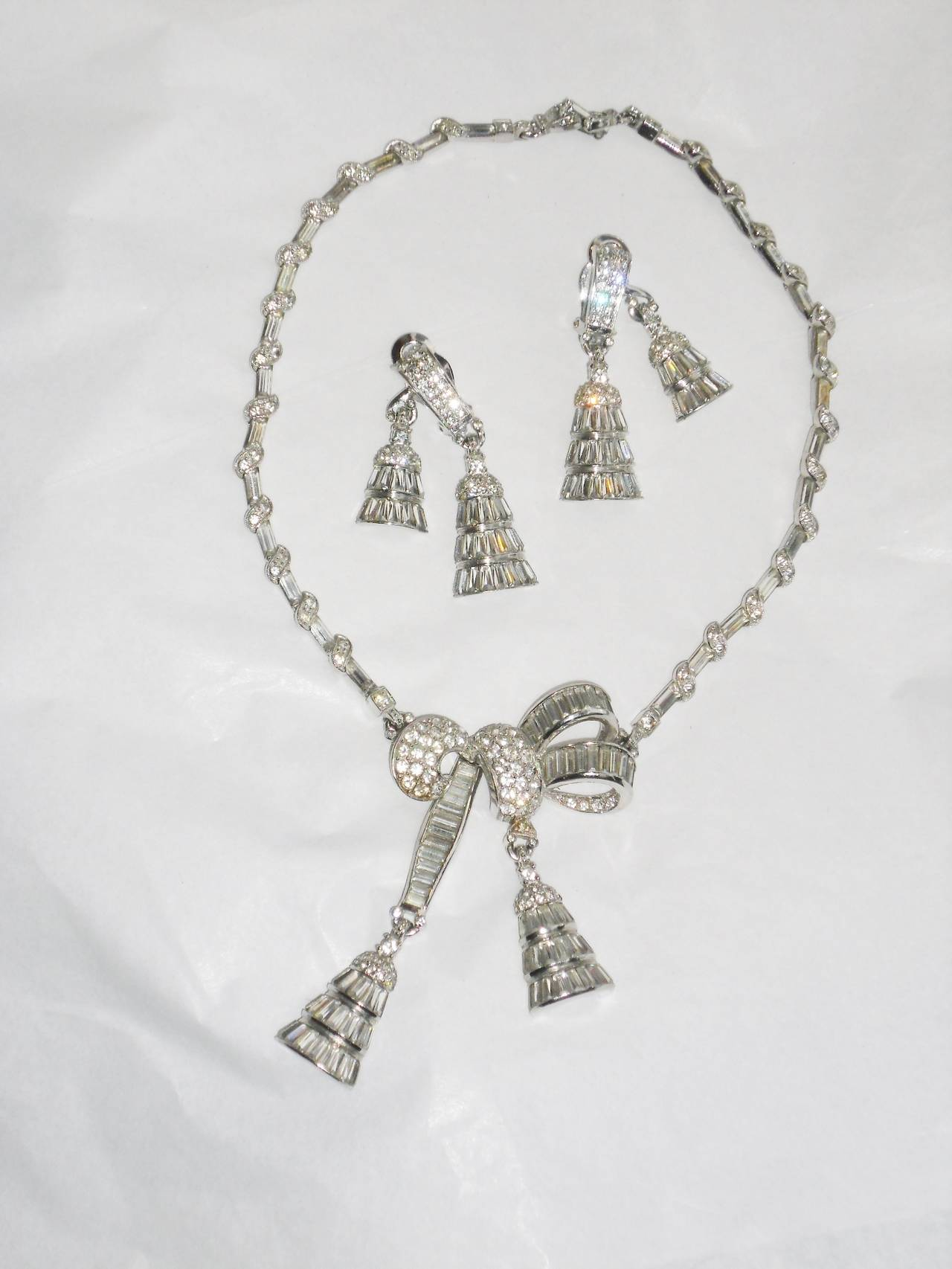 Circa 1940's beautiful  PENNINO lariat pendant necklace and clip earrings set. Rhodium-plated base metal. Crystal clear stones.