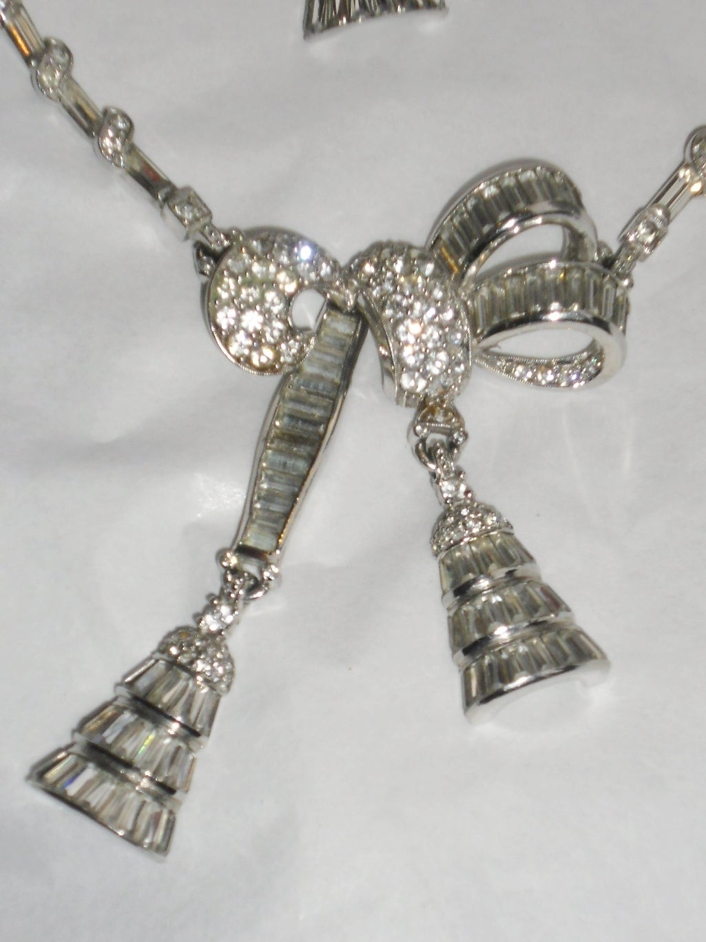 Women's Circa 1940's beautiful  PENNINO lariat pendant necklace and clip earrings set For Sale