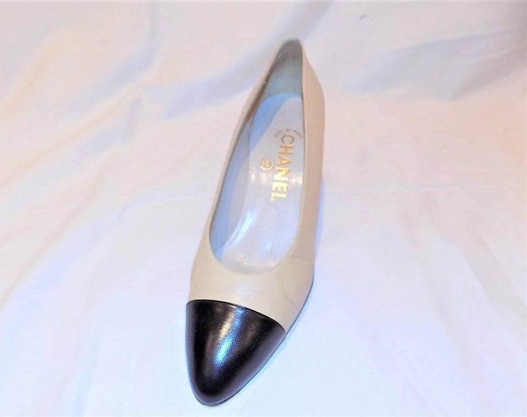 Chanel classic two tone Noir Cap toe leather pumps sz 38DE 2