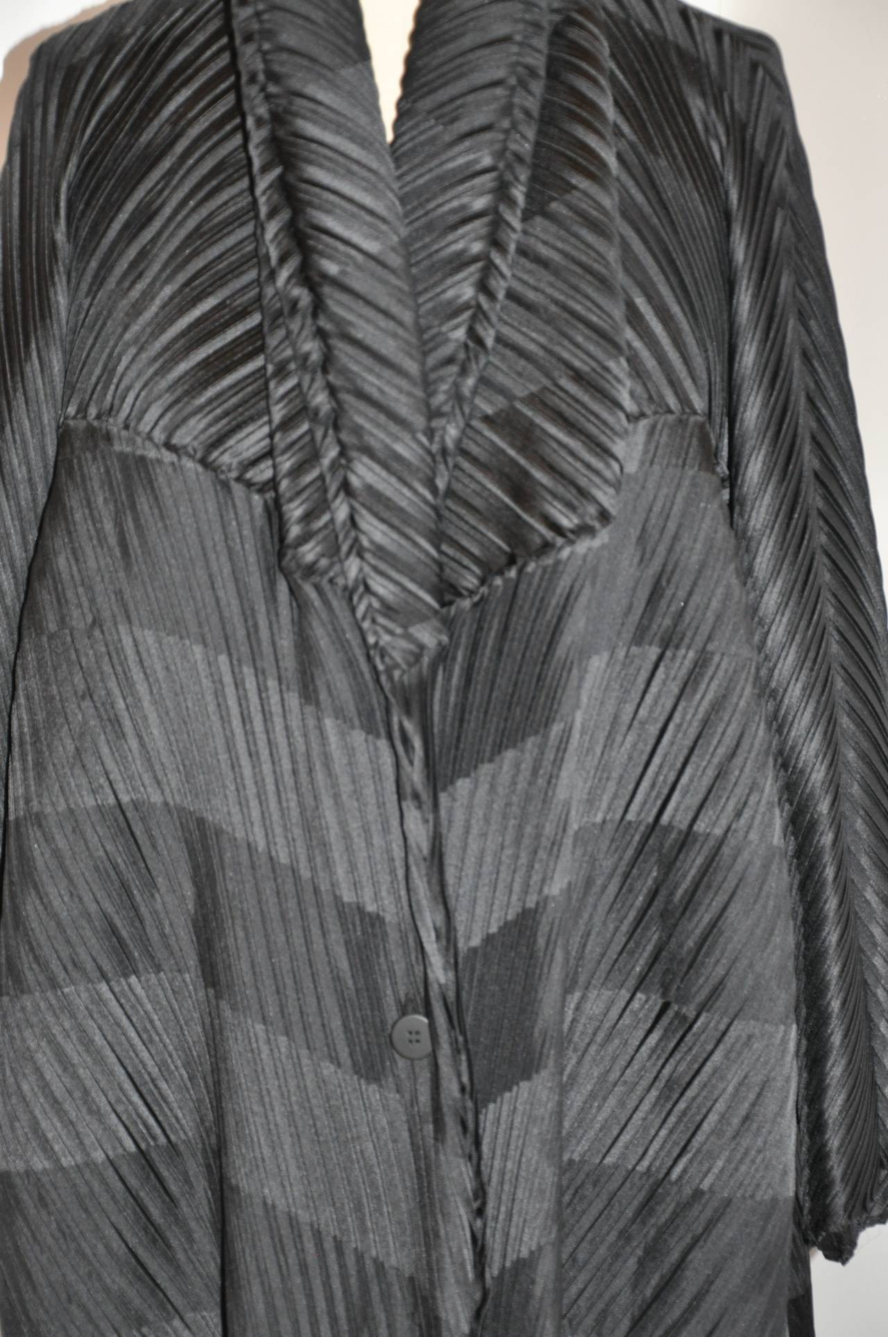 Issey Miyake Signature Pleated Medium-Weight Black Multi-directional Coat In New Never_worn Condition For Sale In New York, NY