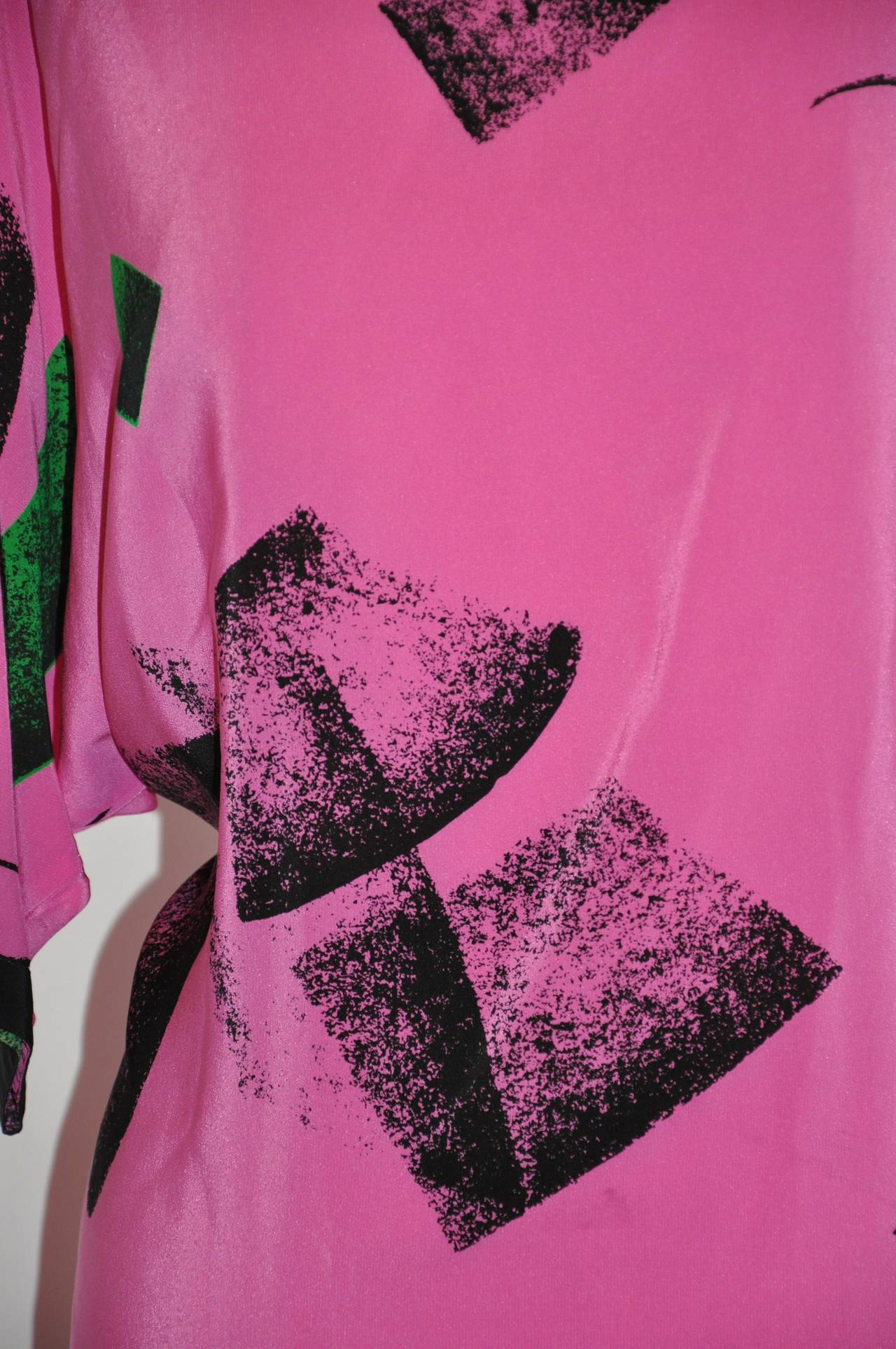 Flora Kung Bold Fuchsia And Black Abstract Silk Tunic In Good Condition For Sale In New York, NY