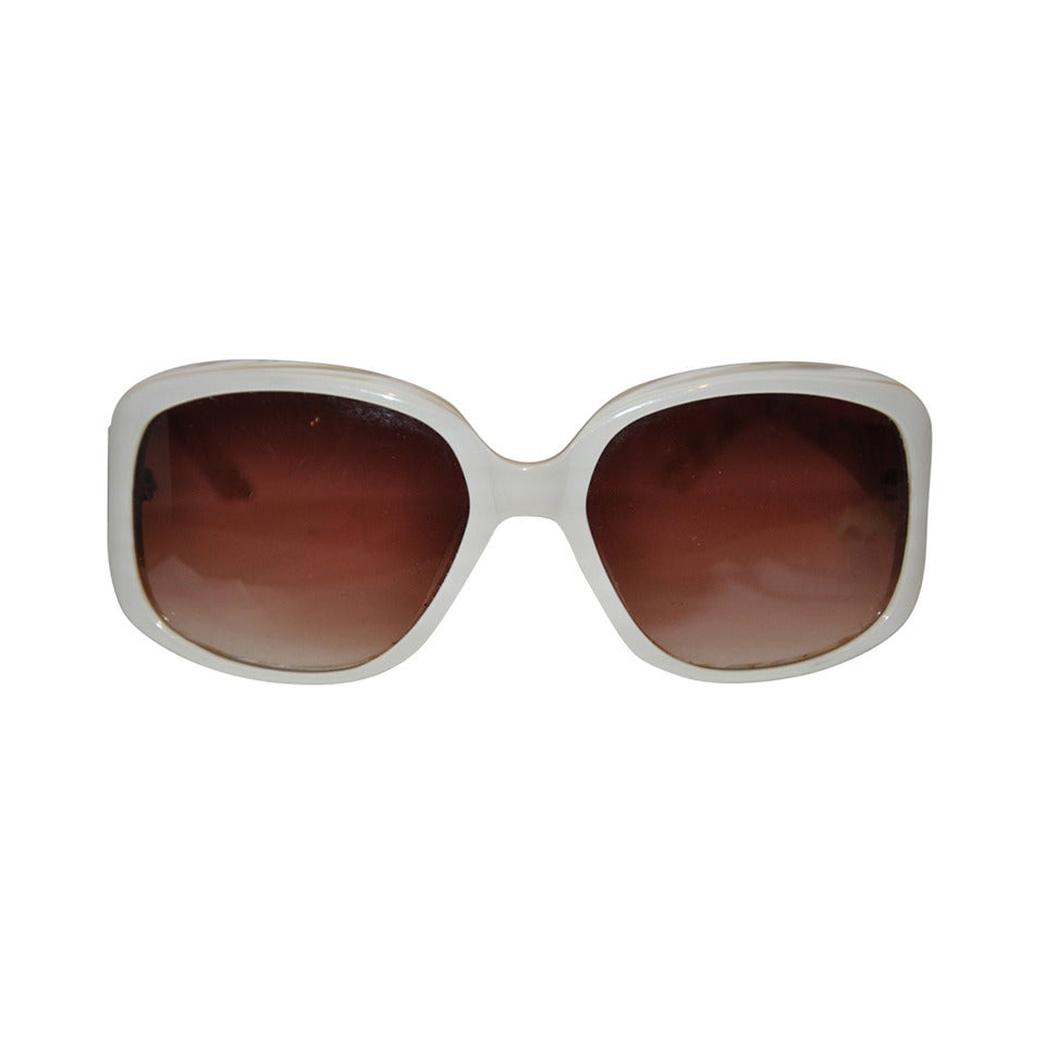 7ca927cee6 Oscar de la Renta Cream and Mother-of-Pearl Interior Sunglasses at 1stdibs